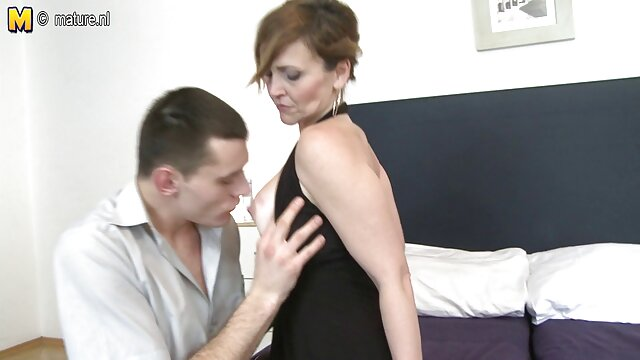カップルは華麗なオーガズムのために寝室で女の子を取る 大人 向け エロ 動画