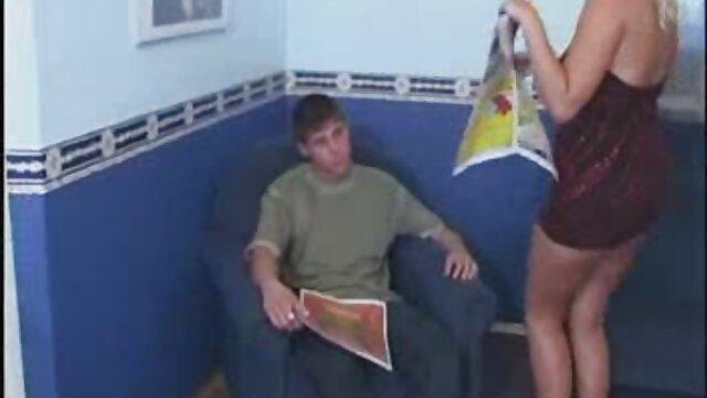 人々は二つをつかんで、細い足にねじれた 女の子 の ため の アダルト ビデオ